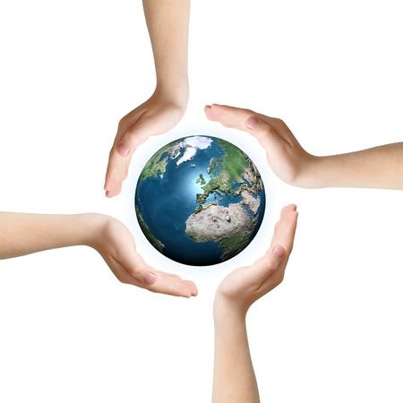 planeta verde: Cuatro manos como s�mbolo del cuidado que rodea la Tierra, aislados en blanco.