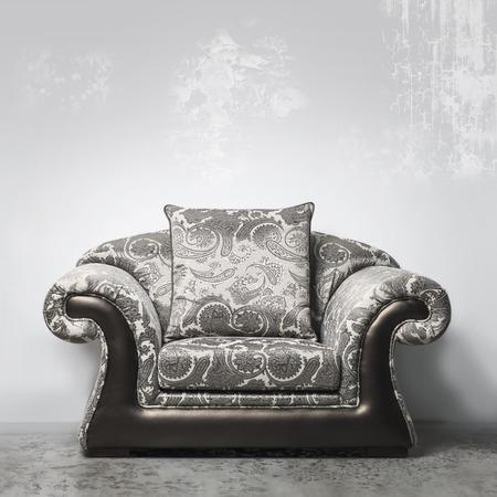 Luxe vintage stijl bank tegen gepleisterde muur in de studio Stockfoto