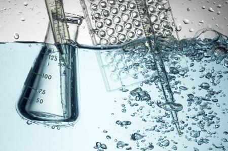 Química tubo de ensayo. Experimento médico con el Laboratorio de vidrio