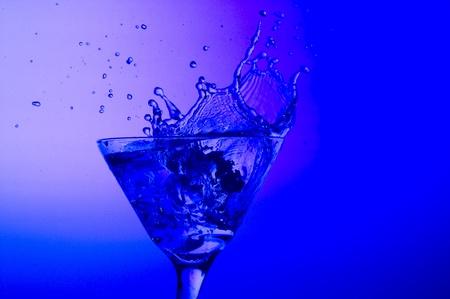 Bespattende cocktail op de blauwe achtergrond