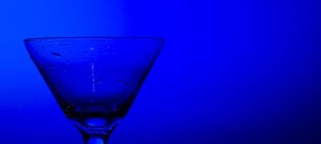 Glascocktail op de blauwe achtergrond