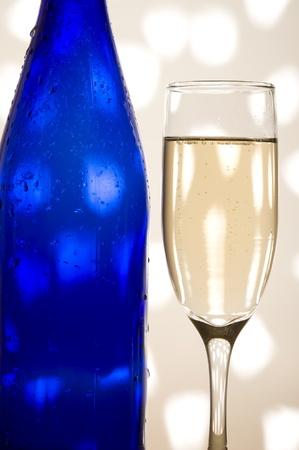 Glas met sjampagne op de creatieve achtergrond