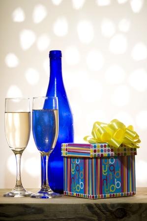 Glas met shampagne op de creatieve achtergrond