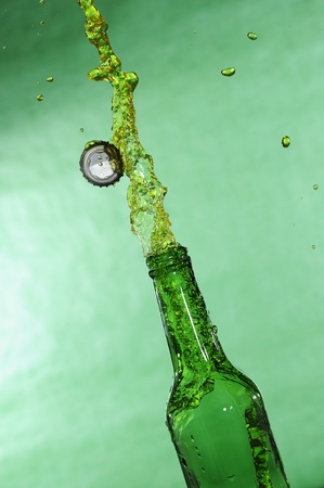 Open bier fles met stroom frisse drankje Stockfoto