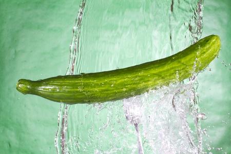 Groene komkommer op het zoete water. Gezonde groente Stockfoto