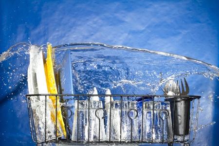 geschirrsp�ler: Waschen der Platten in der Sp�lmaschine. Im Inneren der Sp�lmaschine