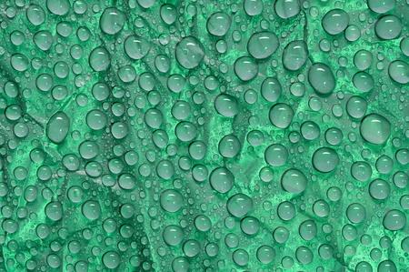 matiere plastique: Des gouttelettes d'eau sur le mat�riel en plastique noir Banque d'images
