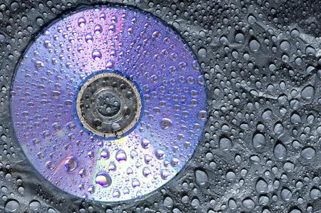 matiere plastique: Gouttelettes d'eau sur plastique noir avec disque CD