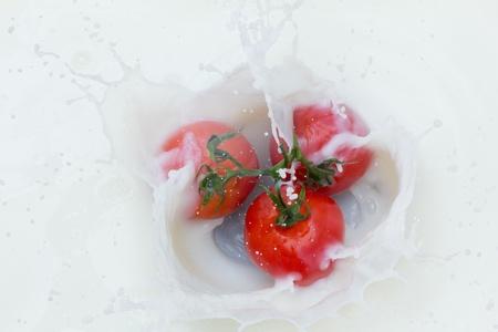 Tomate et le lait ?claboussures Banque d'images - 12111666
