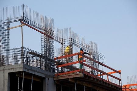 ingeniero civil: Trabajadores prepearing concreta reinforcemente