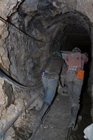 camion minero: Mineros duro trabajar en schaft
