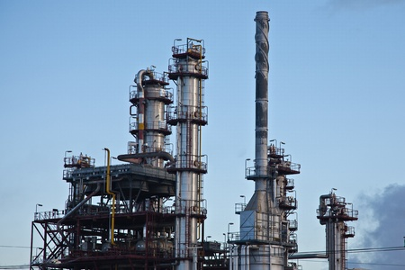 rafinery: Oil and fuel production refinery Editorial