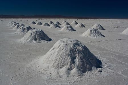 evaporarse: Explotaci�n de minas de sal en el Salar de Uyuni Foto de archivo
