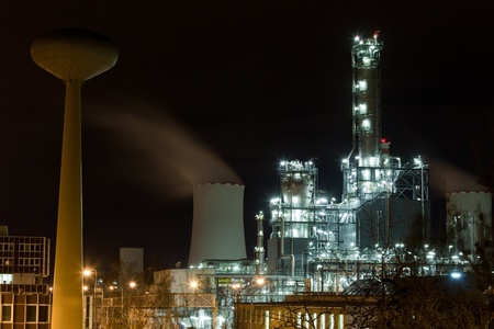 rafinery: Crude oil refinery at night