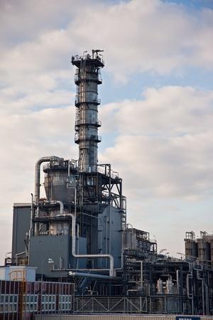 petrochemie industrie: Pijpleidingen en tanks van petrochemische industrie Redactioneel