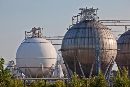 l p g: Esferas de almacenamiento de gas de una instalaci�n de almacenamiento de productos qu�micos Editorial