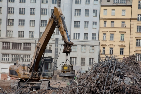 magnetismo: Im�n independiente de acero en demolici�n Foto de archivo