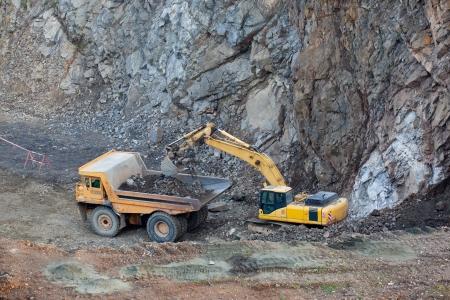 mining truck: Carga de camión volquete pesado en la minería a cielo abierto