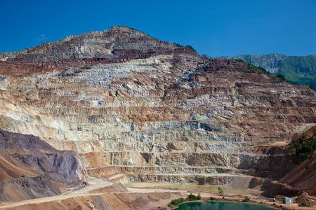 mining truck: Hierro más grande de Europa mina a cielo abierto