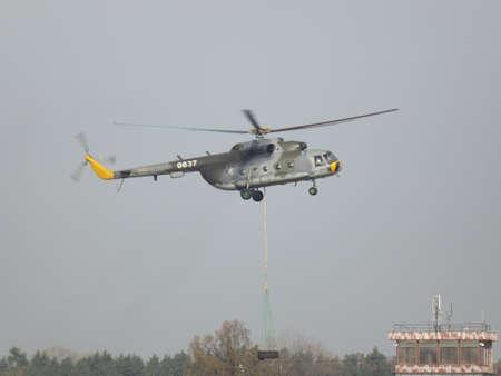 17: Helic�ptero MI 17 durante el entrenamiento en el aeropuerto de Pardubice Editorial