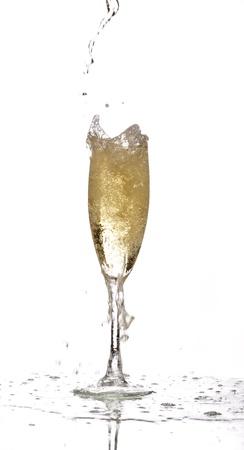 een glas champagne wordt gevuld tot over capaciteit