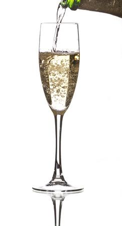 een fles champagne wordt geserveerd in een kopje