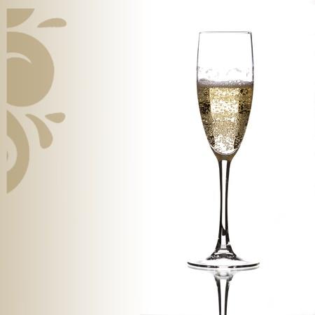 een glas champagne, omgeven door een ornament