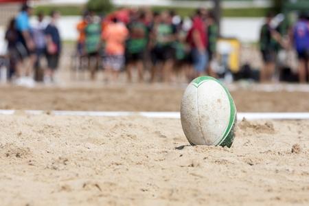 pelota rugby: una pelota de rugby, despu�s de un partido de rugby playa Foto de archivo