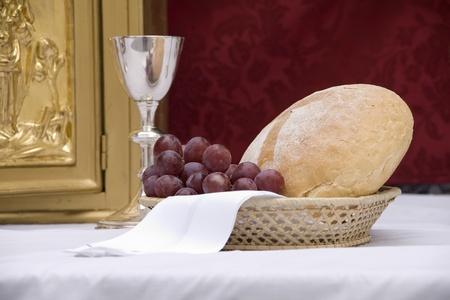 eucharistie: une table pr�par�e pour donner une messe