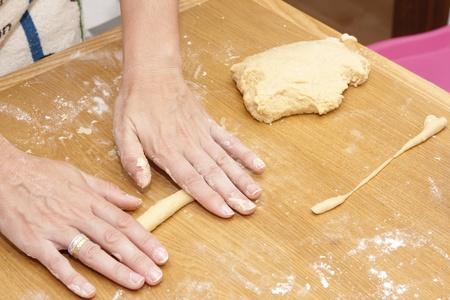 amasando: una mujer del panadero amasando pan
