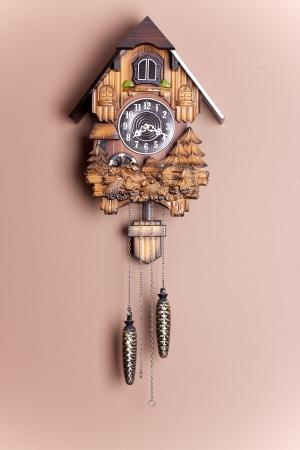 cuckoo clock: un reloj de cuco antiguo colgado en la pared Foto de archivo