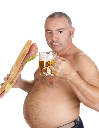hombre comiendo: un hombre comiendo, y gran bocado, y bebiendo cerveza