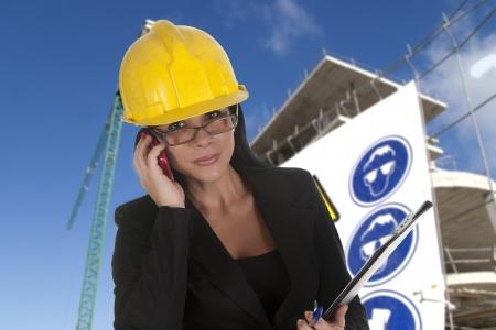 female boss: ein Chefin der Arbeit Telefonieren