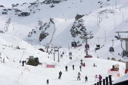 グラナダ: グラナダ、スペイン南部のシエラネバダのスキーします。