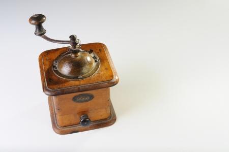 młynek do kawy: An old coffee grinder isolated on white Zdjęcie Seryjne