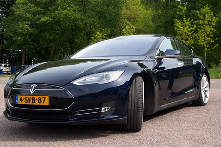 Black Tesla Motors Model S Front view 報道画像