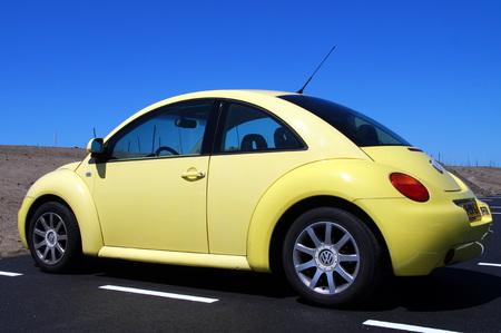 escarabajo: Amarillo del escarabajo de Volkswagen vista posterior Editorial
