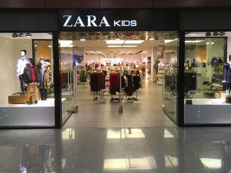 プエルト・デル・ロサリオのショッピングセンターでザラキッズストア。
