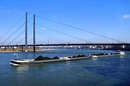 Dutch combi inland waterway motor freighter Company on the river Rhine, Dusseldorf. Foto de archivo - 100571345