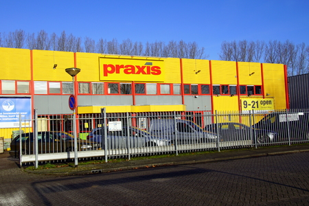 Almere Haven, the Netherlands - January 18, 2019: Entrance of Dutch Hardware store chain Praxis. Standard-Bild - 116460311