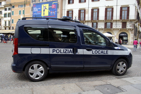 Verona, Italy - April 29, 2019: Local Italian police car parked in the center of the city of Verona. Standard-Bild - 122442162