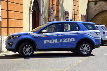 Peschiera, Italy - April 21, 2019: Italian police car, Land Rover Discovery, parked on a public parking lot. Nobody in the vehicle. Stockfoto - 122442210