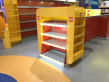 Almere, the Netherlands - May 11, 2019: Empty logo shelf in a closing toy store. Publikacyjne