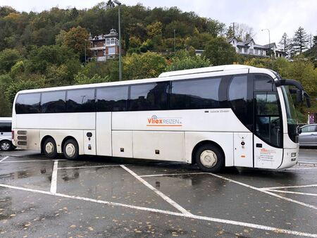 La Roche, Belgia - 19 października 2019: Autokar podróżny Vliex zaparkowany przy publicznym parkingu.