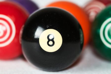 bola ocho: Bolas de billar de la vendimia con la bola ocho en el foco