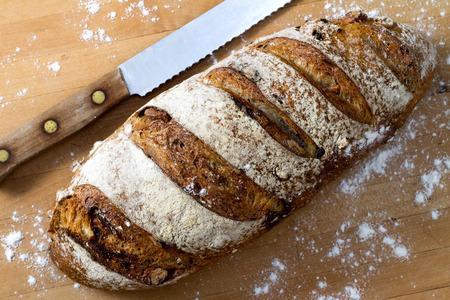 comiendo pan: Pan de Nuez de ar�ndano Foto de archivo