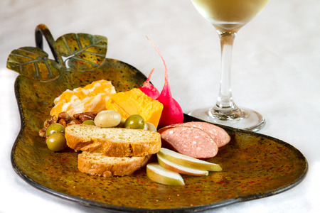 치즈 소시지와 올리브 모양의 플래터에