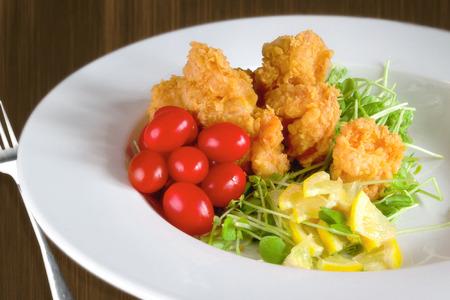 揚げ海老とチェリー トマトの食事 写真素材