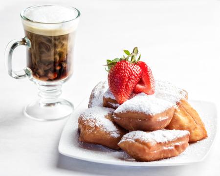 홈 메이드 베니 젯과 우유가 든 커피 한 접시 스톡 콘텐츠