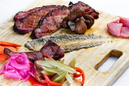 charcutería: Una fuente charcutería de carnes ahumadas y curadas